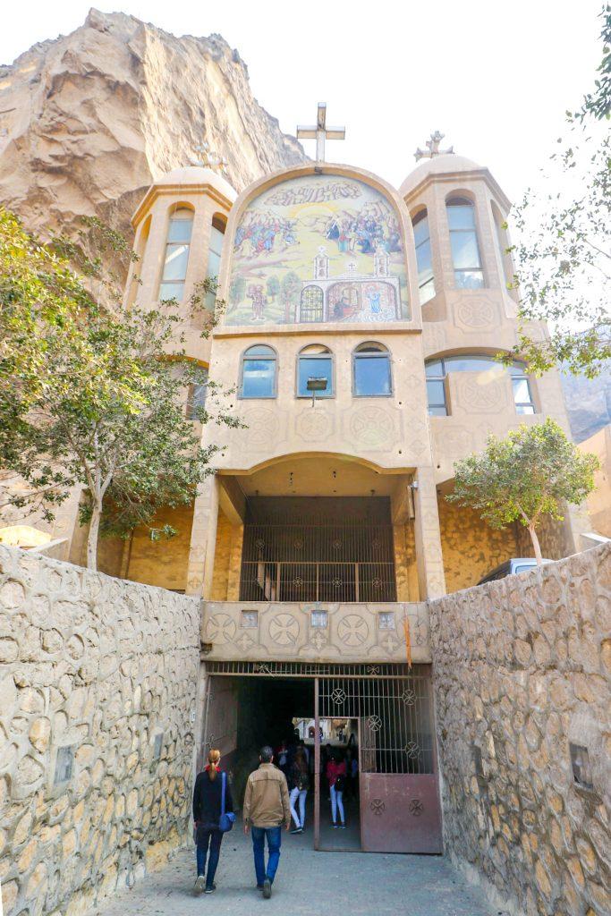 Ingang grotkerk St. Simon Kathedraal,  Manshiyat Naser, Caïro