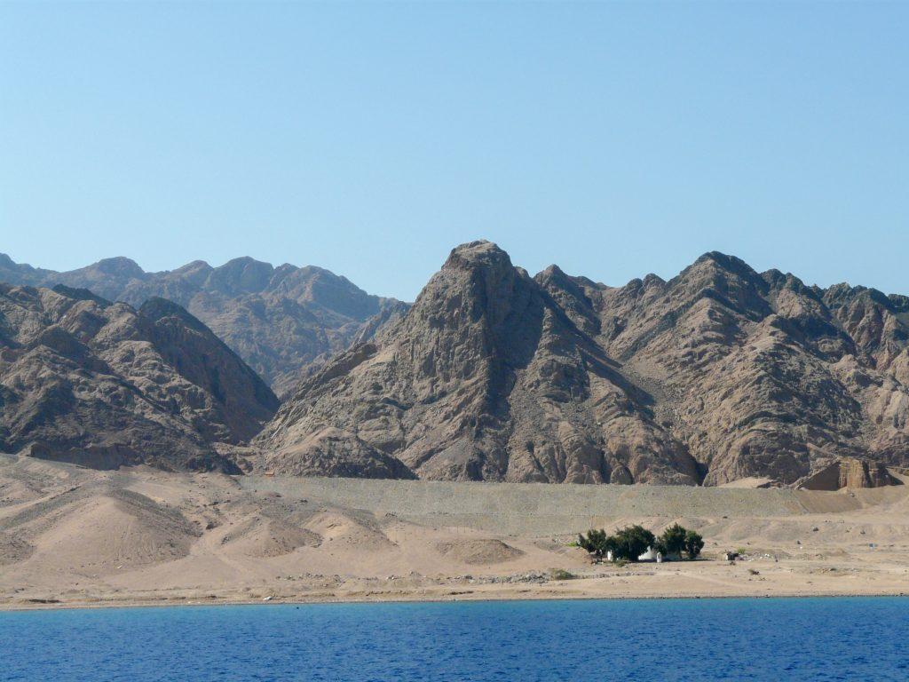 Bergen in Sinaï woestijn bij Dahab, Egypte