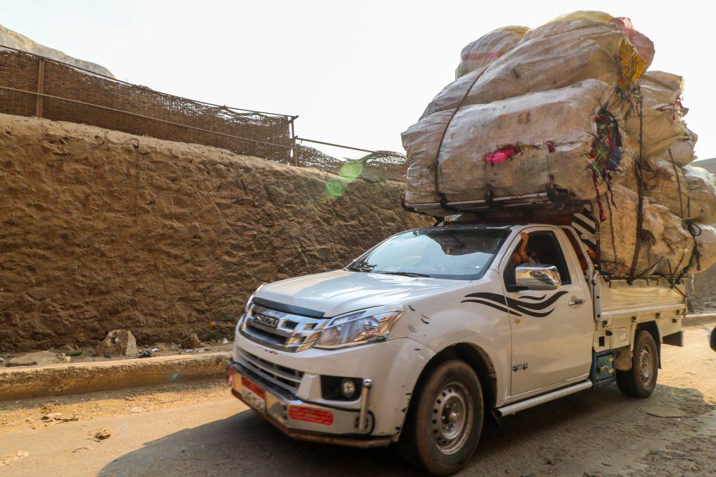 Jeep voor vuilophaal en recycling in  Manshiyat Naser, Caïro