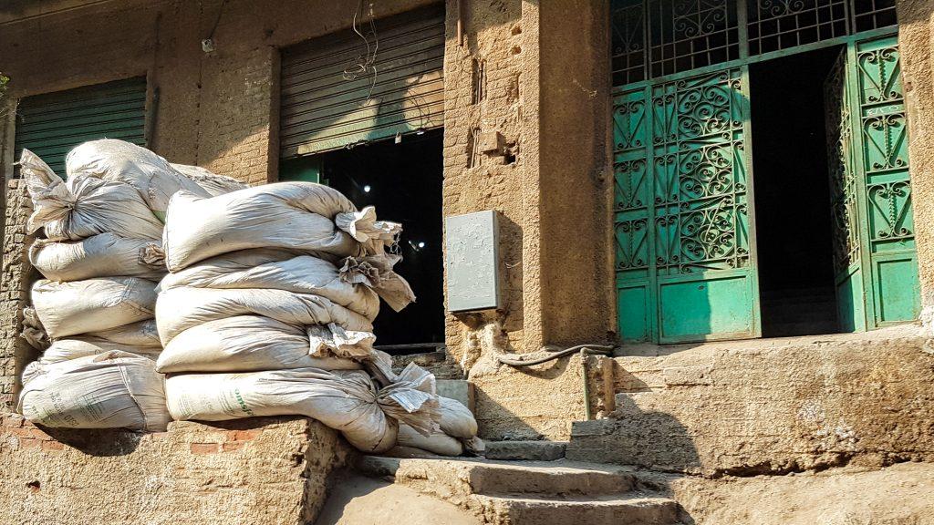 Afvalverzameling voor mooi versierde deur, Manshiyat Naser, Caïro