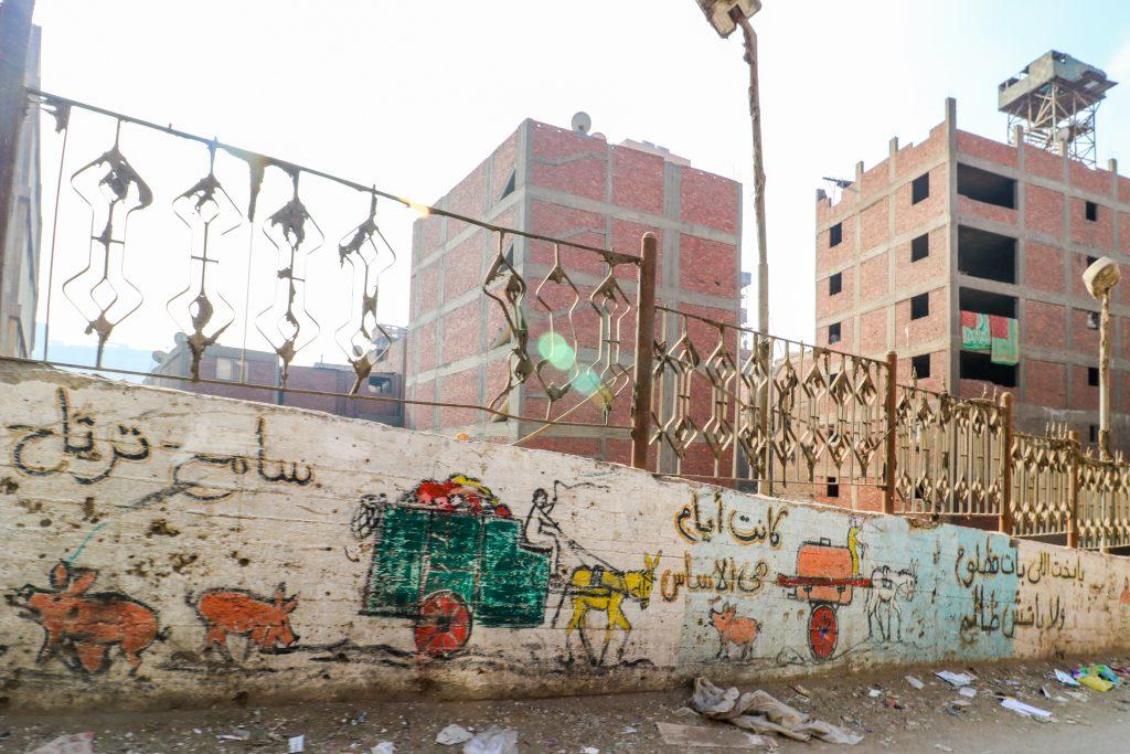 Muurschildering met varkens en vuilophaal, Manshiyat Naser, Caïro